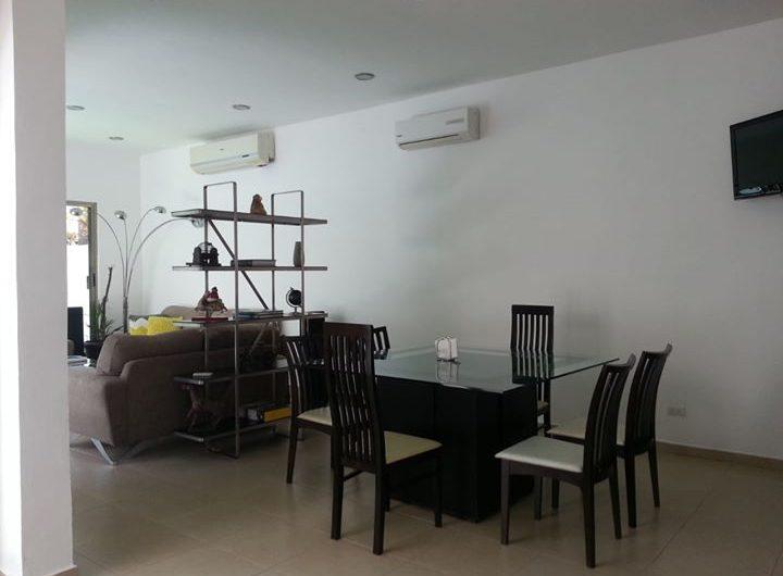 Linda casa en renta en Residencial Cumbres con alberca
